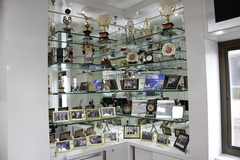 TROPHYS AND FRAMES